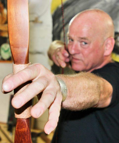 Hauke Kunze gibt in Teltow Kurse zum Bogenbau