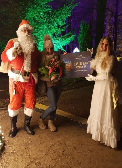 Weihnachtsmann und Christkind bescheren den 333.333sten Besucher des Christmas Garden Berlin