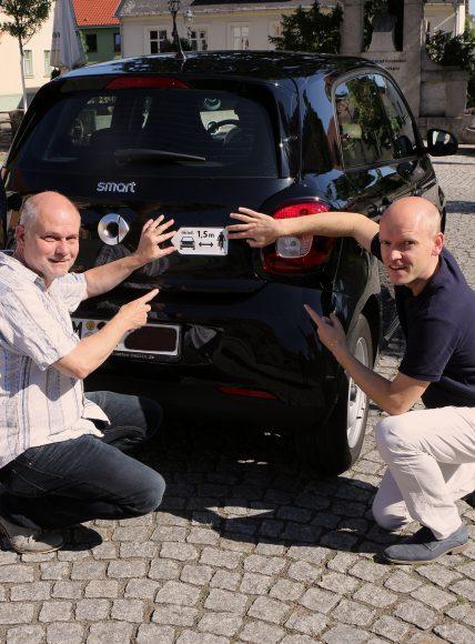 Mehr Sicherheit für Radfahrer: Aktion Seitenabstand auch in Teltow: Bürgermeister Thomas Schmidt beklebt Kommunalfahrzeuge mit dem Abstandsaufkleber
