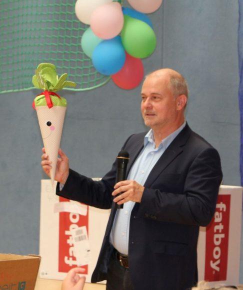 Teltows Bürgermeister verteilt Schultüten an Erstklässler