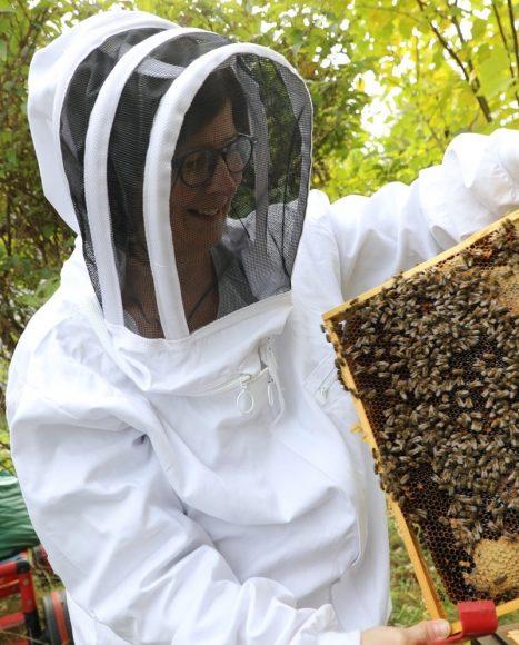 Über Honigbienen: Imkerin Bettina Junkes aus Zehlendorf hält sich 15 Bienenvölker!