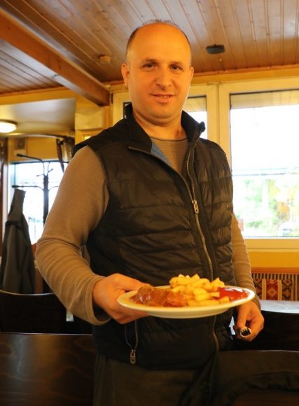 Im Seestern am Schlachtensee: Eine ehrliche Currywurst mit Pommes, dazu Käsekuchen!