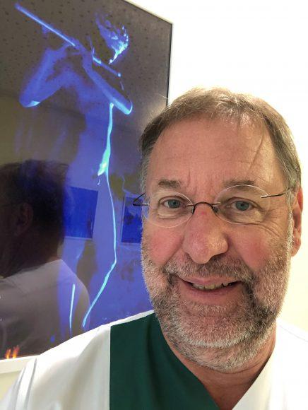Ulrike Luther bekommt zum eigenen Klinikjubiläum ihre erste Fotoausstellung – Die etwas andere Ausstellungseröffnung: Mit einem Selfie die Fotografin feiern
