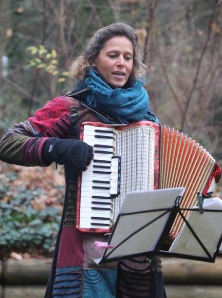 Weihnachtslieder-Lieferservice der Neuen Kammerspiele Kleinmachnow: Trällern vor dem Fenster!