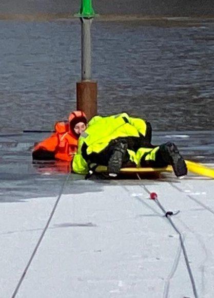 Teltower Feuerwehr trainiert Eisrettung im Hafenbecken