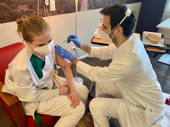Kleiner Pieks: Die Corona-Impfungen starten auch in Zehlendorf!