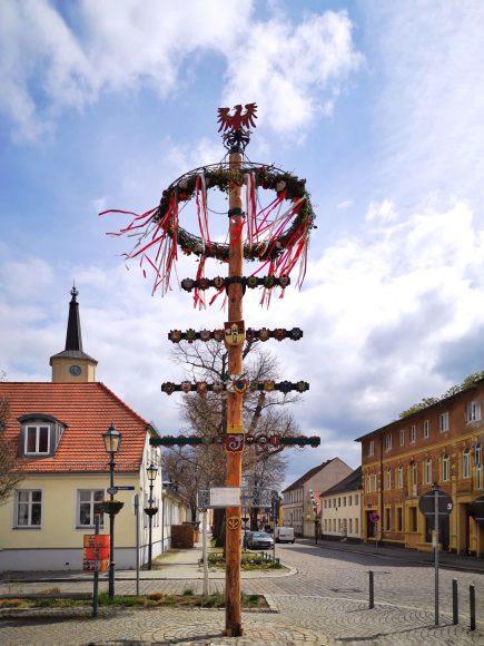 Der Teltower Maibaum steht: Tradition wird fortgesetzt – wegen Corona leider ohne Publikum
